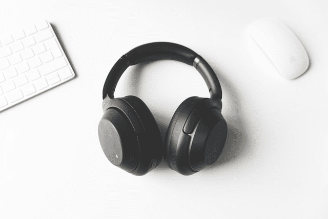 bluetooth vs wired which travel headphones and accessories should you buy. Black Bedroom Furniture Sets. Home Design Ideas
